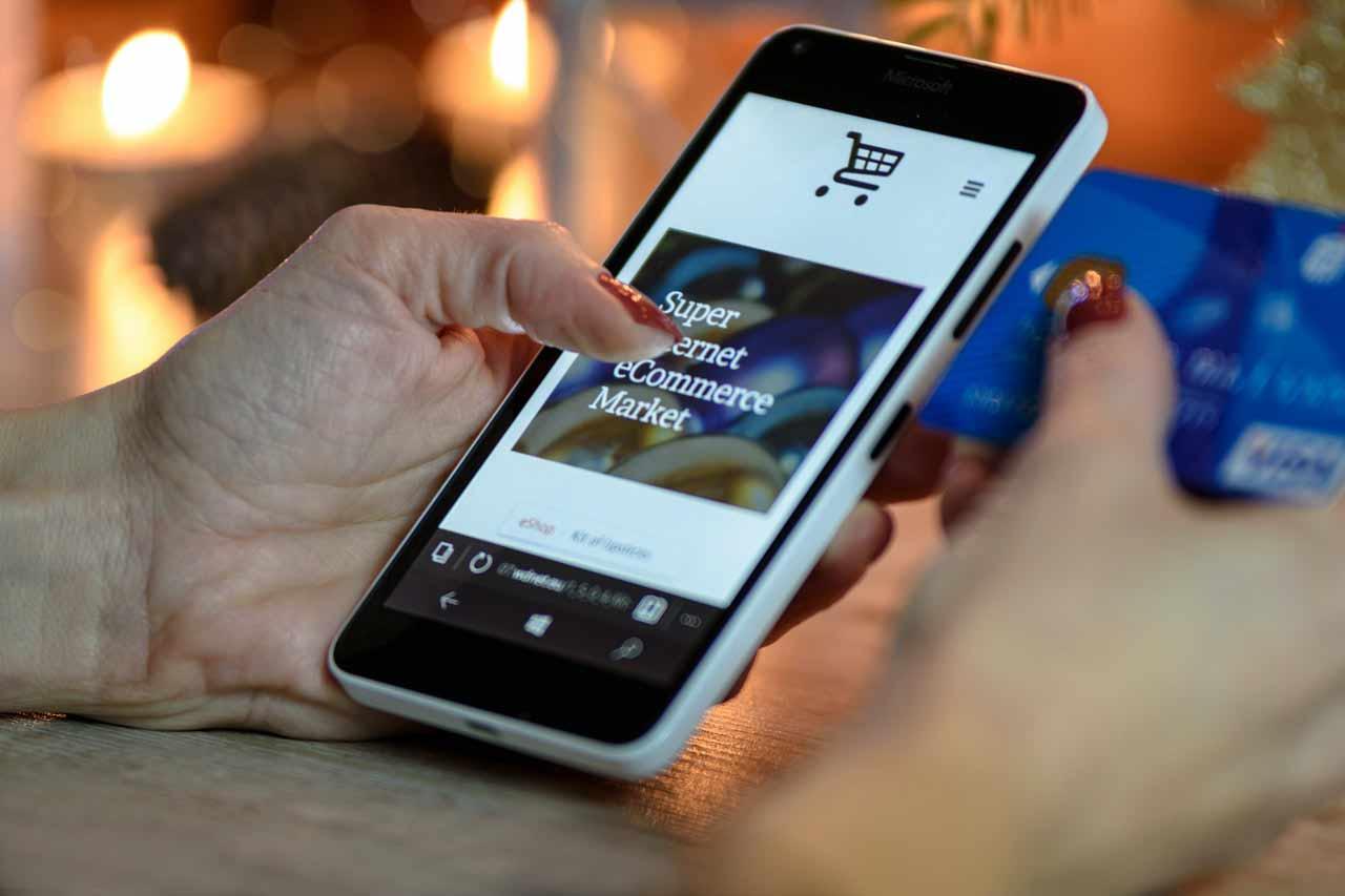 pessoa-comprando-na-loja-virtual