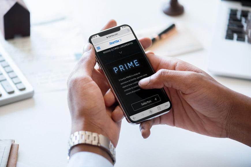 pessoa acessando site mobile first