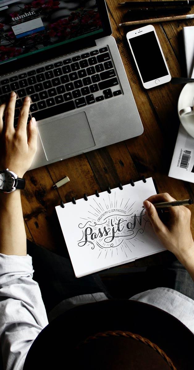 Designer com notebook